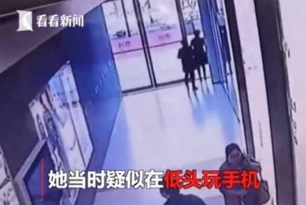 歩きながらスマートフォンを操作し、不注意から施設のガラス製ドアに衝突