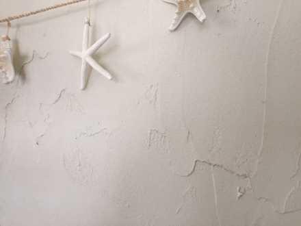 漆喰に類似した外観に仕上げることができる建材