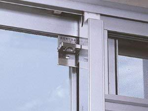 引戸式のアルミサッシ窓に内側から取り付けられる補助錠