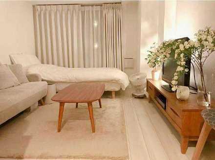 家具が同じ色で揃えられた1Kのお部屋