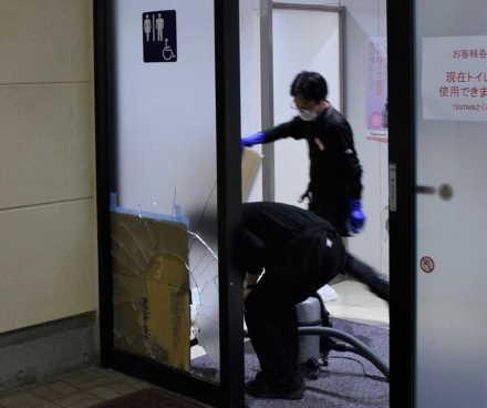 イノシシ、大型商業施設の自動ドアのガラスを突き破る