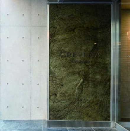 「光る石材壁システム」昼(電源オフ時)