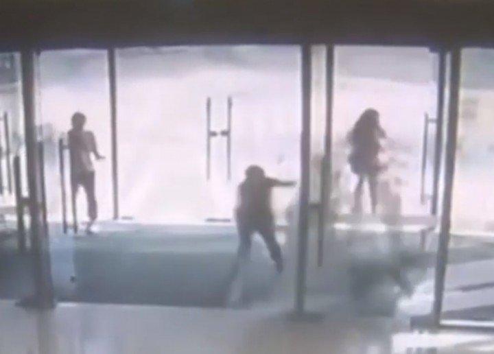 ガラスドア割れる事故が発生