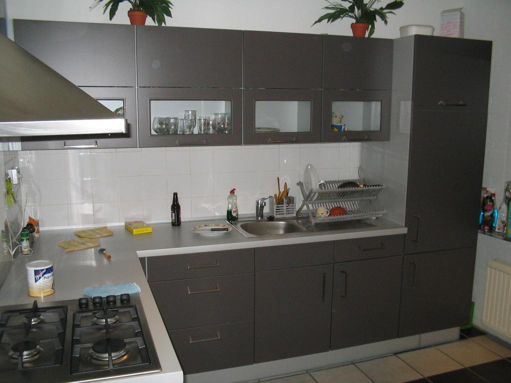 台所収納(引出しの取っ手は中央に付いています。)