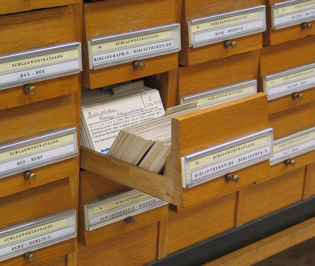 図書館の図書目録を入れる引出し