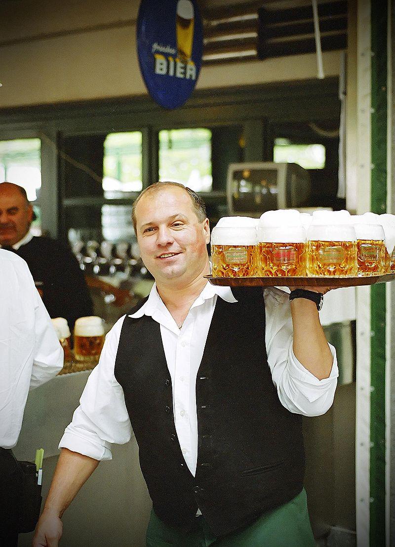 ビールジョッキを運ぶウェイター