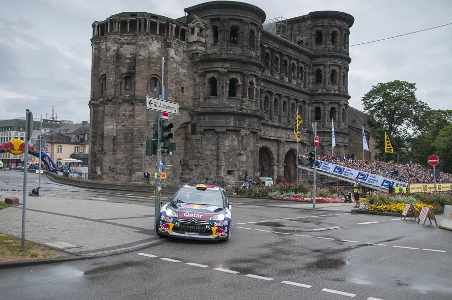 ポルタ・ニグラの前を走行するラリー競技車