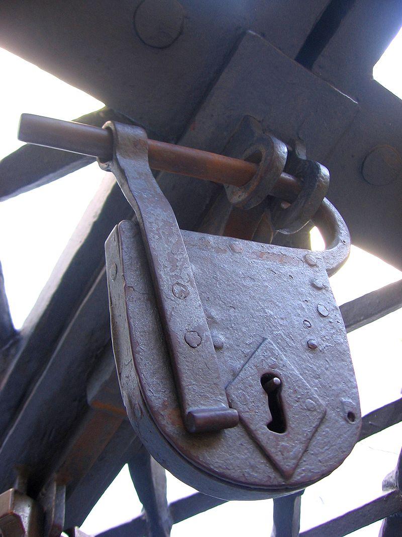 サン・ピエトロ大聖堂の正門にある古い南京錠風の錠前