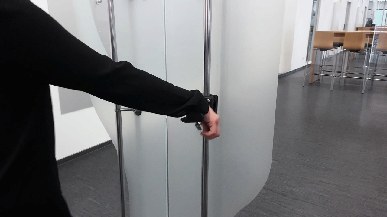 『うで利きく~ん』腕を掛けてドアを開ける
