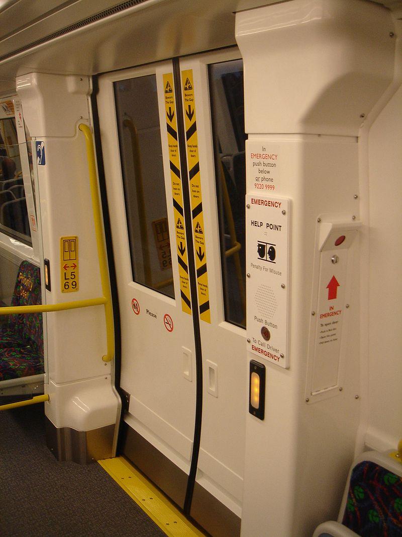 西オーストラリアの列車「トランスパースBシリーズ」のドアの内側