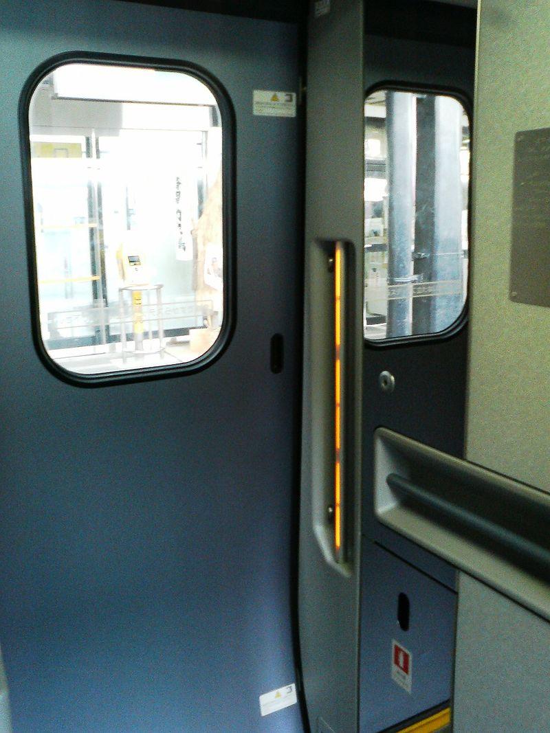 新幹線(E3系2000番台)のドアの内側