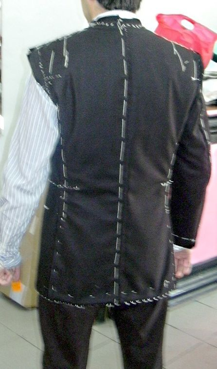 仕立て中のジャケット(仮縫いの試着)背面