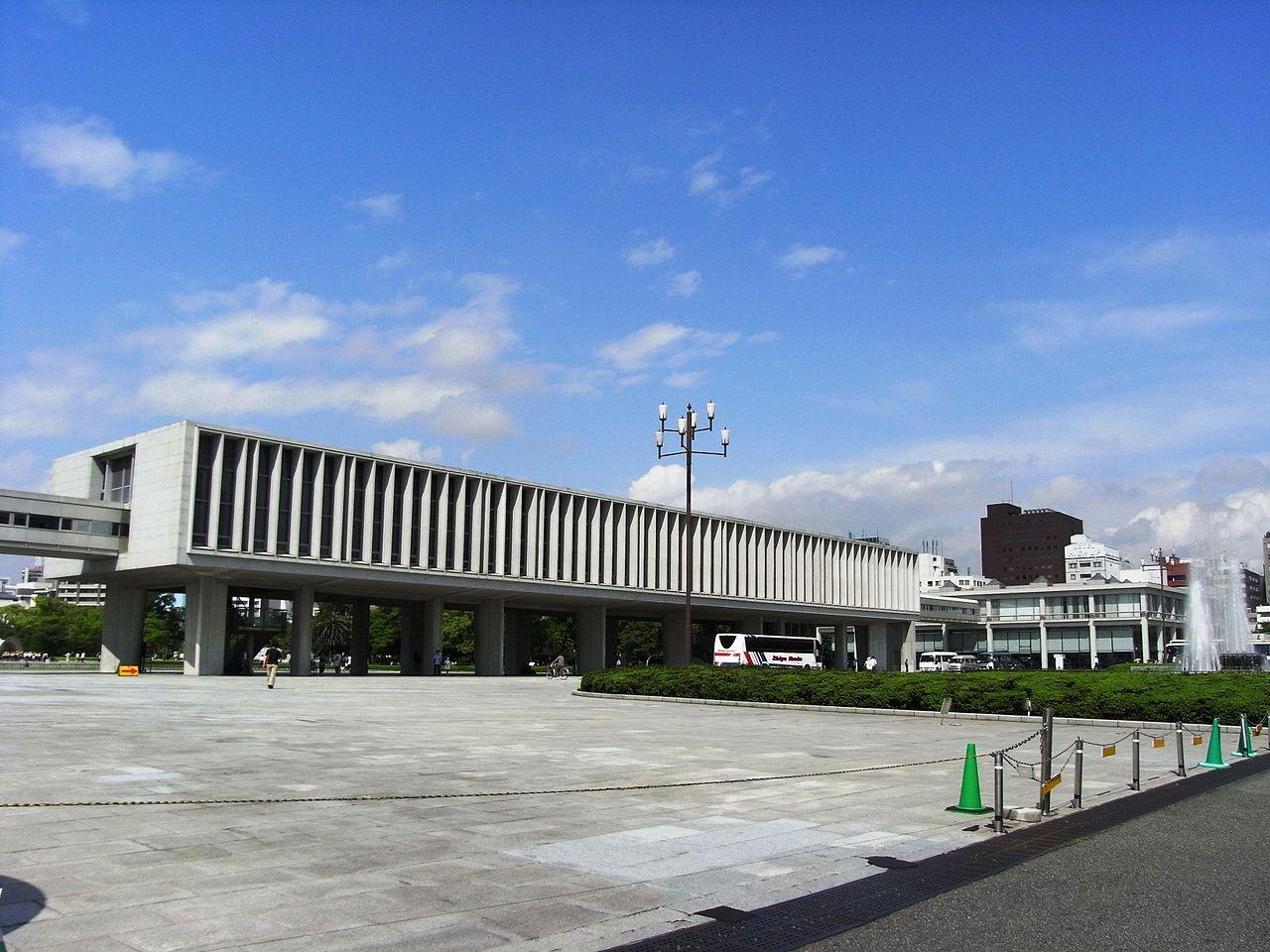 縦型のルーバーの例(広島平和記念資料館本館)