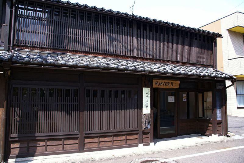 福井県敦賀市の商家(一階、二階共に窓に格子を据えています。)