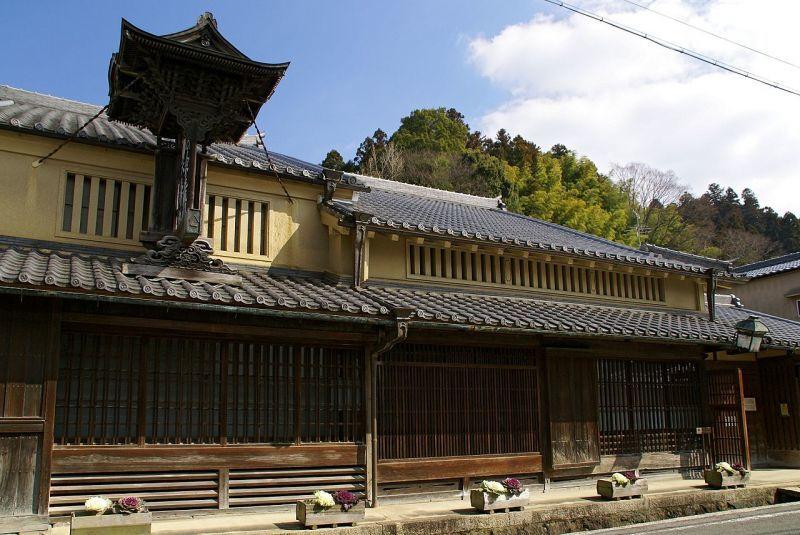 奈良県宇陀市松山の商家(様々な大きさの格子を使用。二階は虫籠窓。)