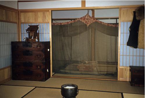 蚊帳(かや)を張った寝室(奥側)