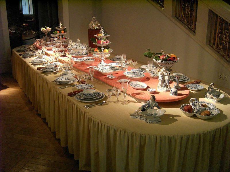 陶磁器で整えられたディナーテーブル