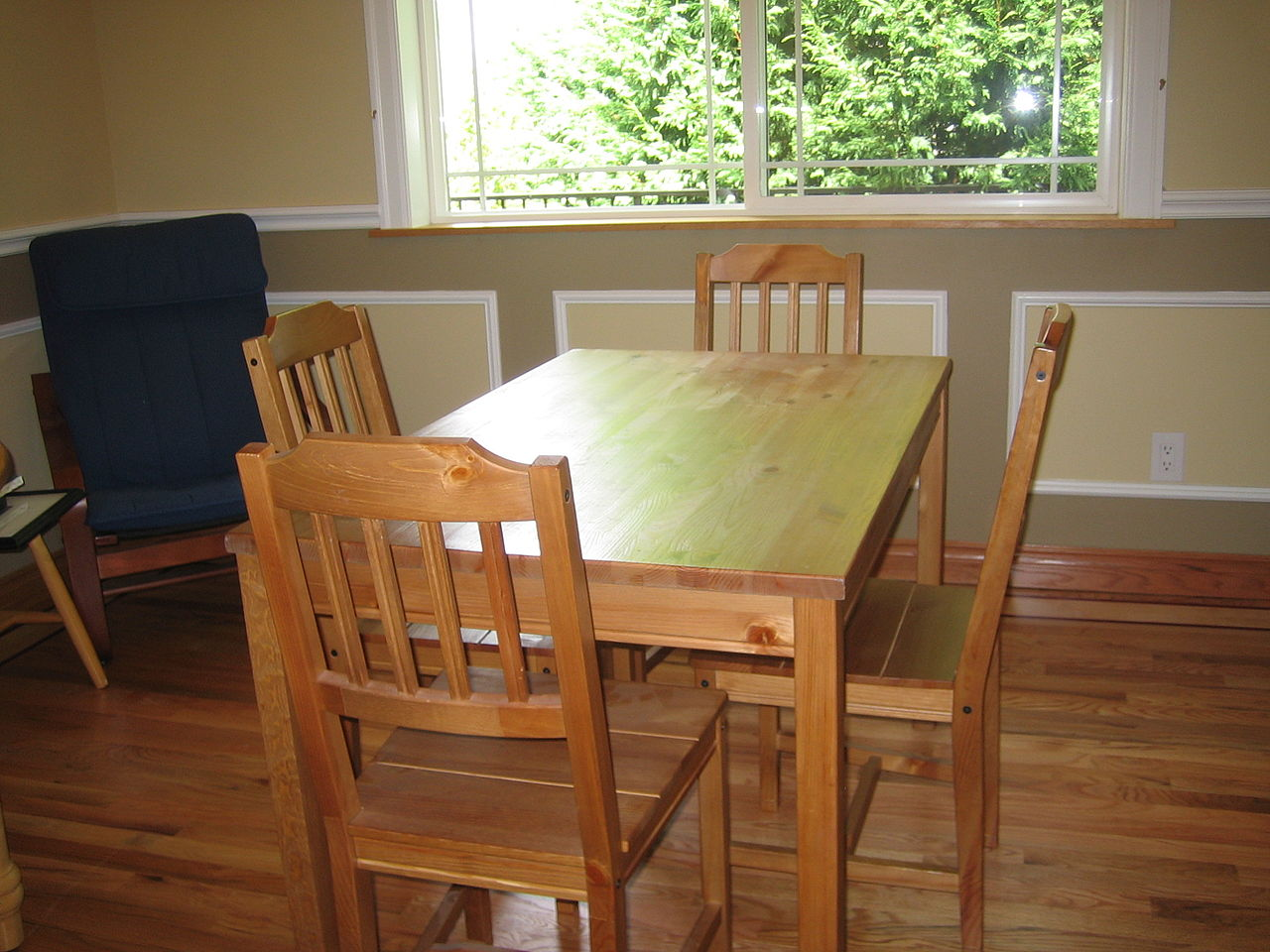 木製のダイニングテーブルと椅子