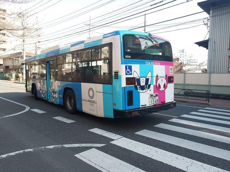 東京2020マスコットキャラクターをラッピングした都営バスの車両