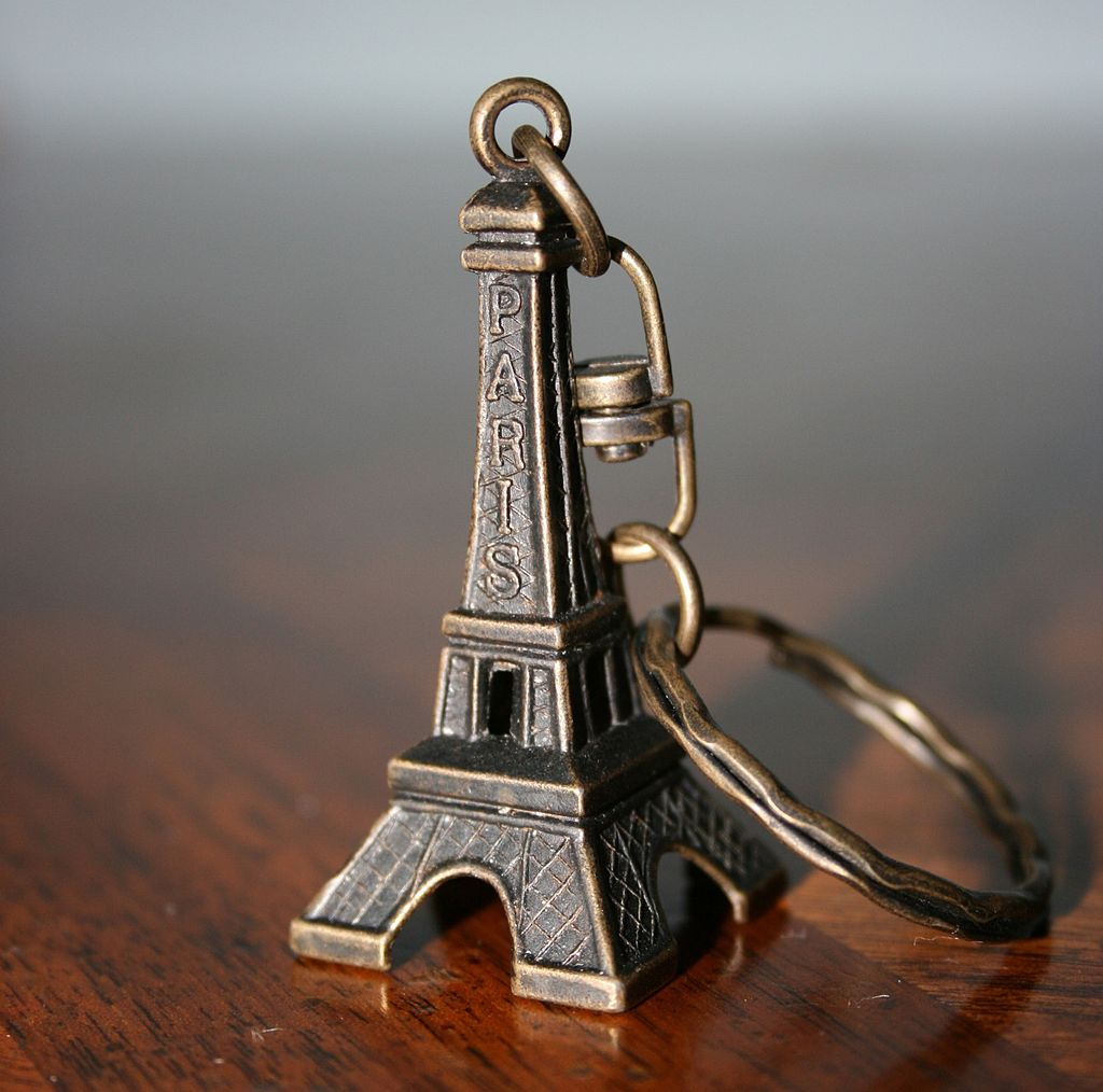エッフェル塔を模した金属製キーホルダー