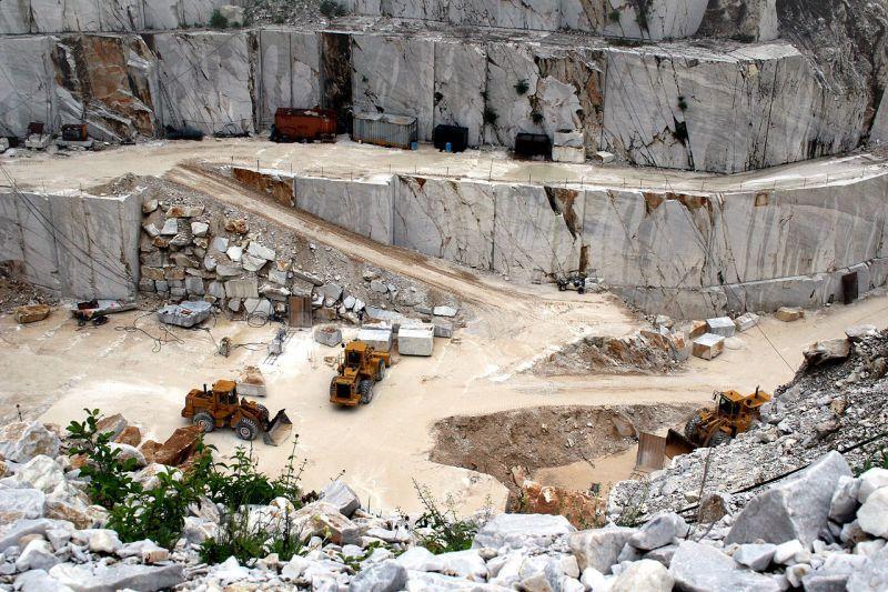 カッラーラ(イタリア)の大理石採石場とホイールローダー