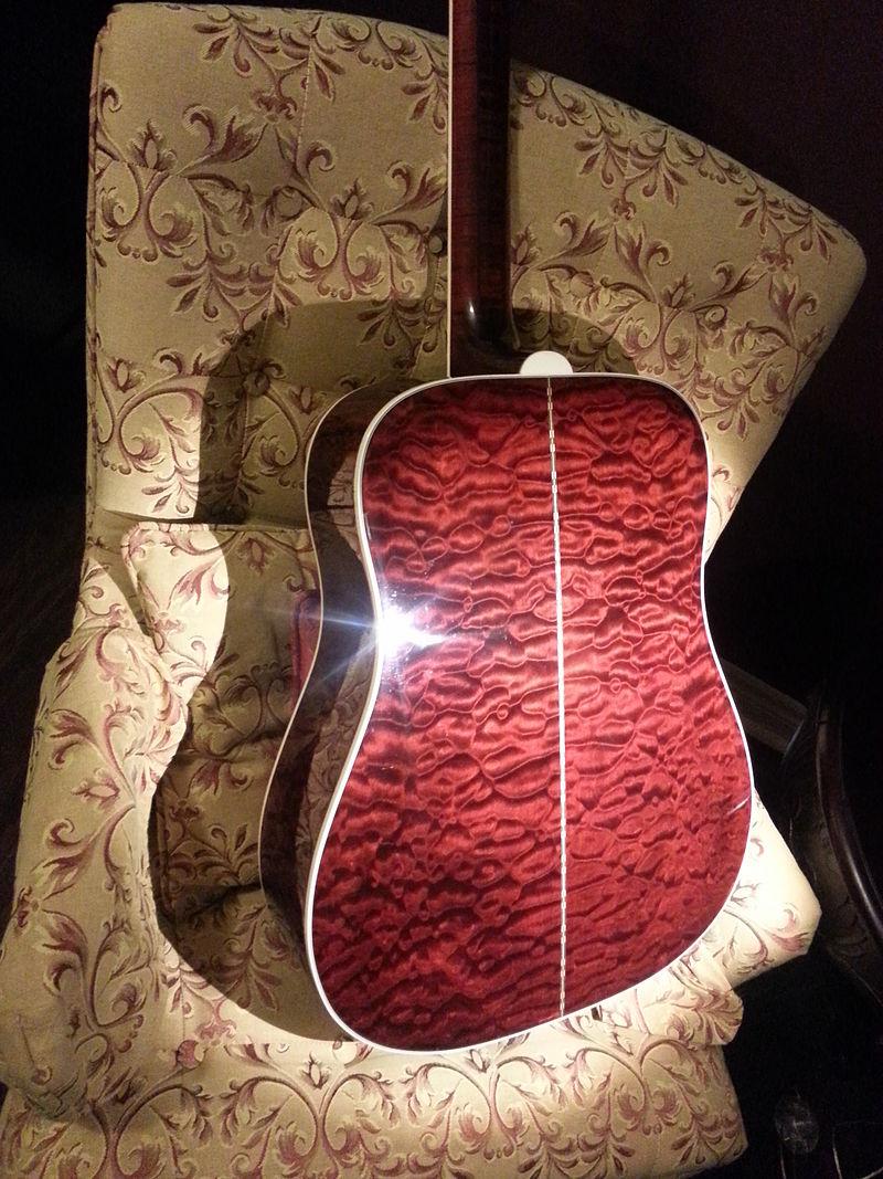 アコースティック・ギターの裏面(Quilted maple[キルテッド・メイプル])