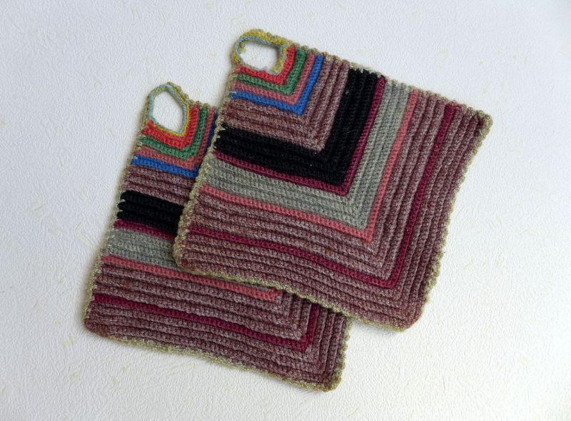 編んで作られた 正方形の鍋つかみ