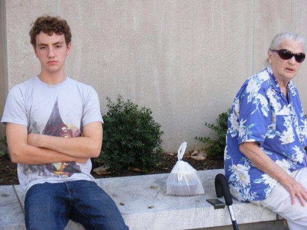 ベンチで間に物を置いて座る2人(密接距離・遠方相、会話域)