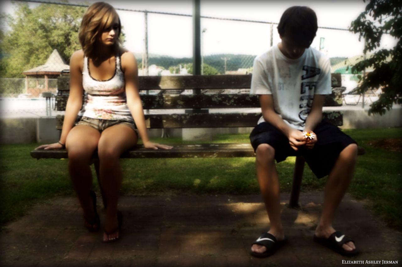 ベンチで距離を置いて座る2人(密接距離・遠方相、会話域)