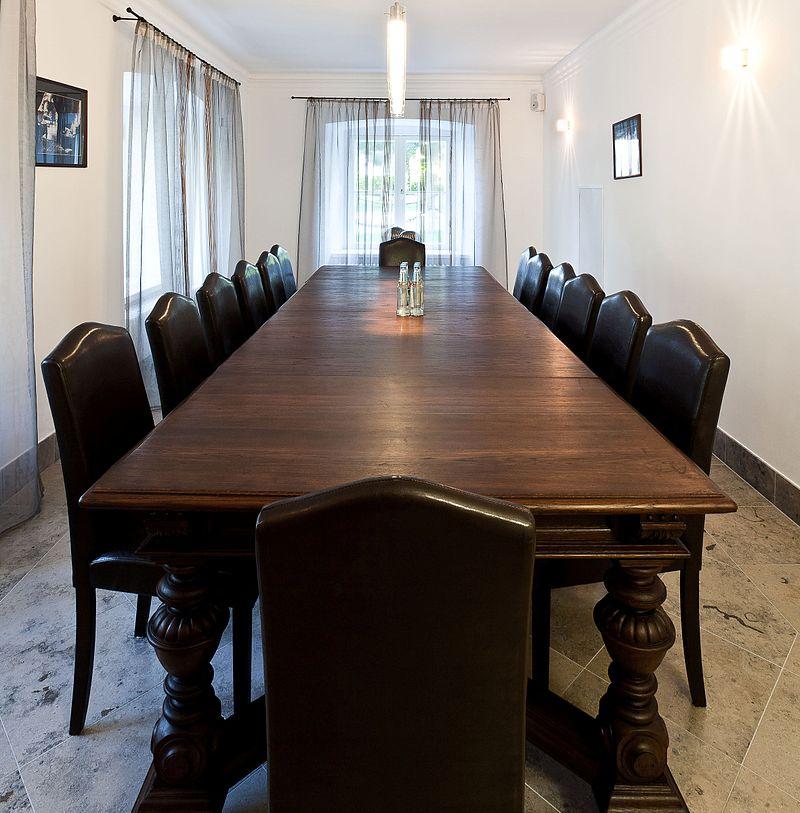 会議室の大きな机(密接距離・遠方相、会話域)