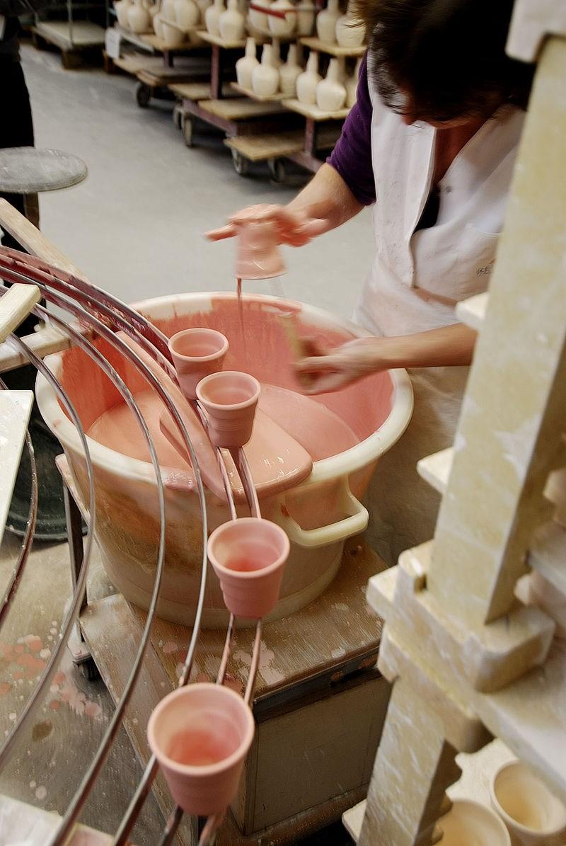 釉薬を掛ける工程の様子