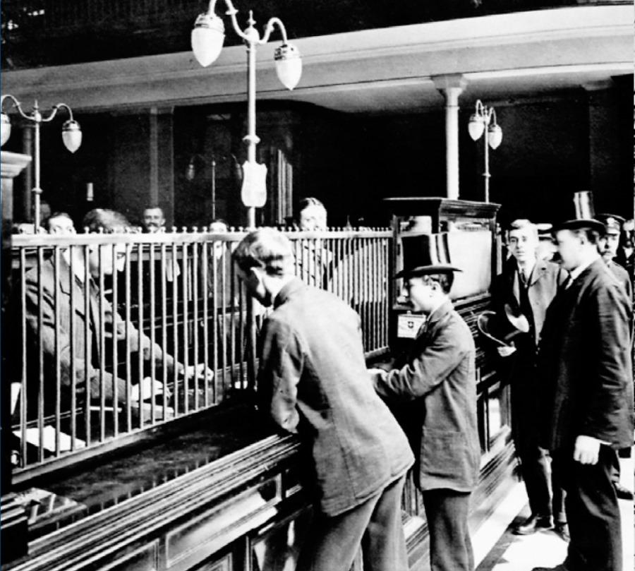 1900年前後のロンドンの銀行のカウンター